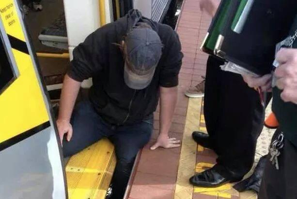 عکس عبرت آموز کمک به هم نوع | همدلی و همکاری | آفریننده خوشی های کوچک | عکس مردی که زیر قطار گیر کرده بود | عکس حادثه ریل قطار | عکس خارج شدن قطار از ریل | عکس اتفاقات هولناک | تصاویر گیر افتادن افتاد آدمها