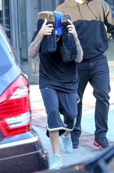 Justin Bieber - Justin Bieber Hides His Face