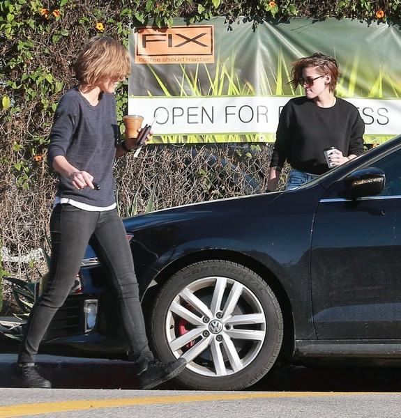Kristen Stewart - Kristen Stewart Grabs Coffee