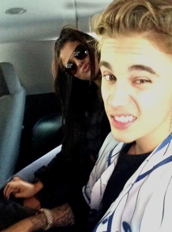 justin-bieber-selena-gomez-airplane-selfie-ftr