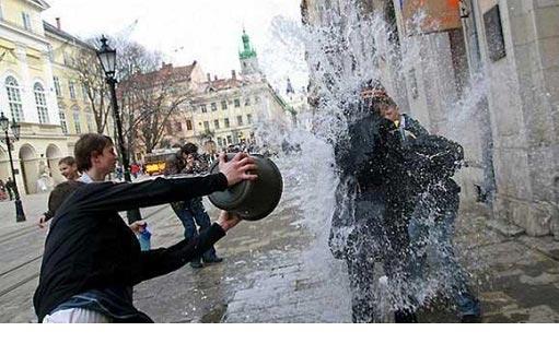 مراسم اذیت و آزار دختران در اوکراین | جشن شوخی با دختران | آب پاشی دختران و پسران | مراسم آب بازی با دختران | تفریح و شوخی دختران با پسران | مراسم عجیب اذیت دختران