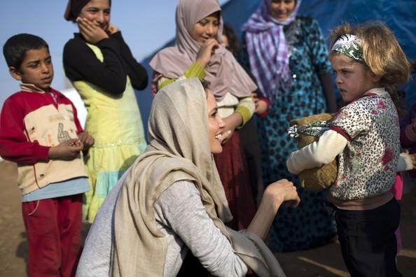 عکسی از آنجلینا جولی در ملاقات با پناهندگان سوری Angelina Jolie 2014 | عکس های جدید آنجلینا جولی | آنجلینا جولی 2014 | عکس های آنجلینا جولی در لبنان | آنجلینا جولی در سوریه | عکس های آنجلینا جولی در ملاقات پناهندگان سوری | عکس آنجلینا جولی | عکس آنجلینا جولی 2014 | عکس | عکس بازیگر هالیوودی | آنجلینا جولی و برد پیت | آریا فان